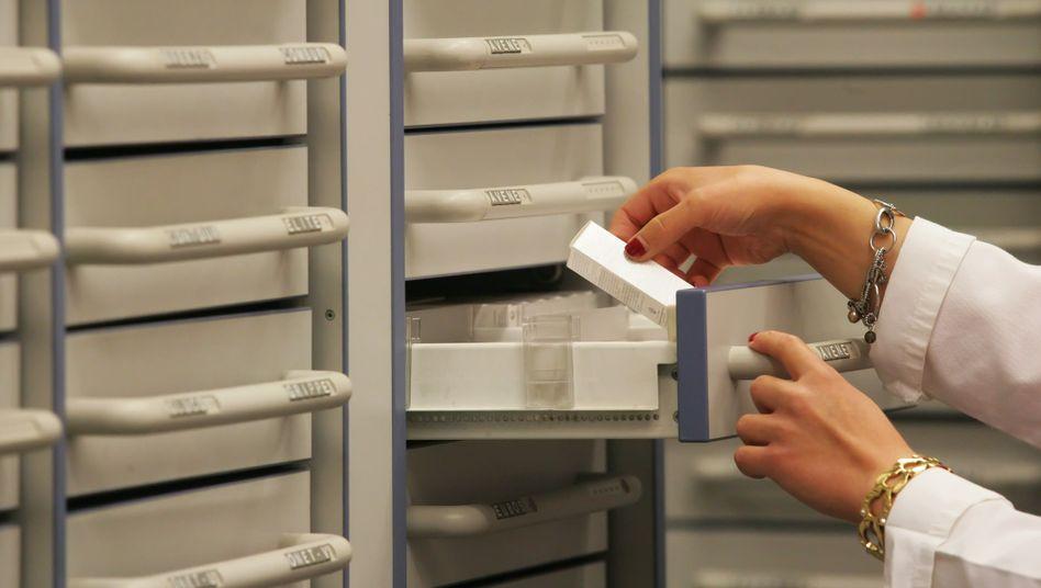 Medikamentenschrank in einer Apotheke: 53.000 Betrugsfälle im Gesundheitswesen