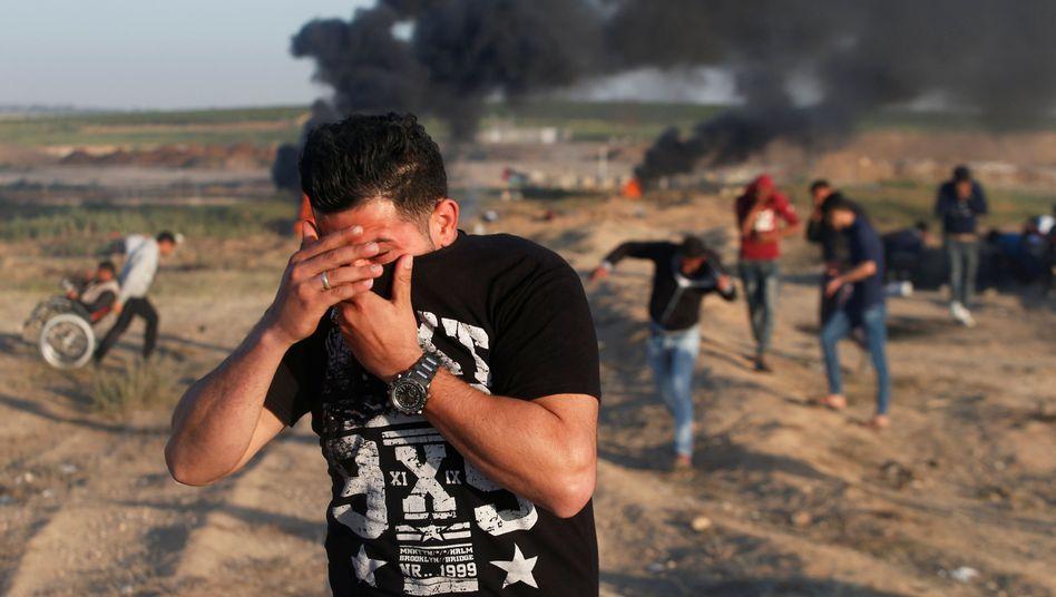 Palästinenser reagieren am Freitag auf Tränengas in Gaza