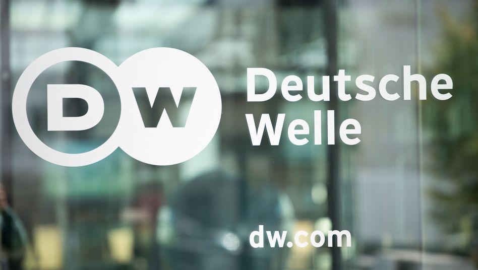 Deutsche-Welle-Logo am Gebäude in Bonn
