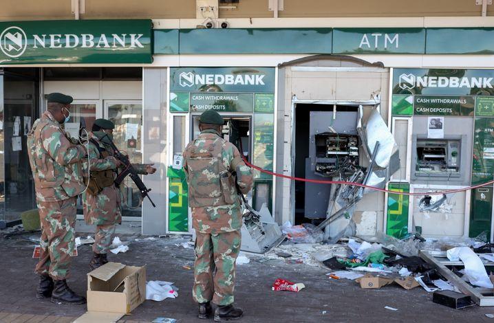 Soldaten vor zerstörten Geldautomaten in Soweto