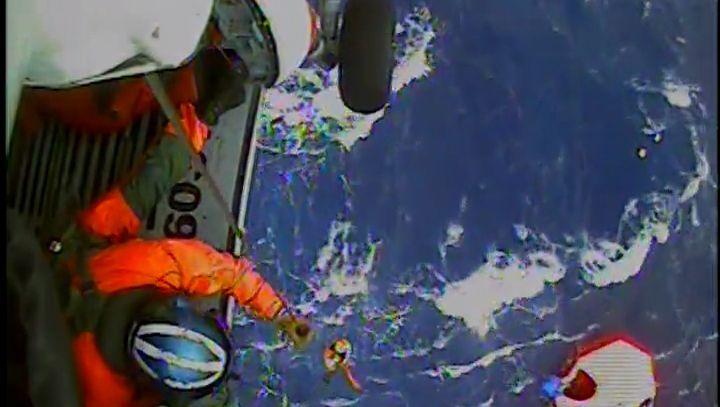 """Rettungsaktion: Küstenwache holt """"Bounty""""-Crew aus dem Wasser"""