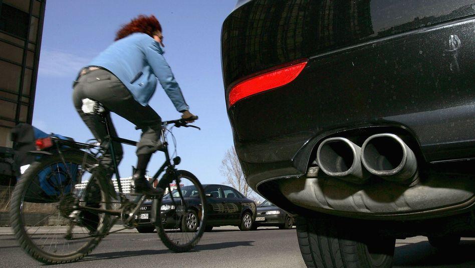 Radfahrerin ohne Helm (Archivbild): Selbst Schuld, wenn es Verletzungen gibt?