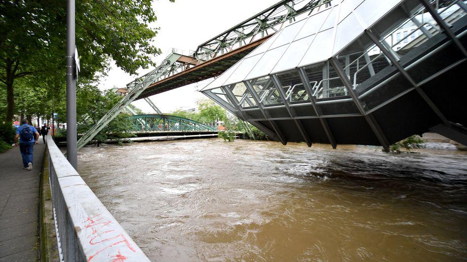 Wupper-Hochwasser an der Schwebebahnstation Ohligsmühle in Wuppertal (am 15. Juli 2021)
