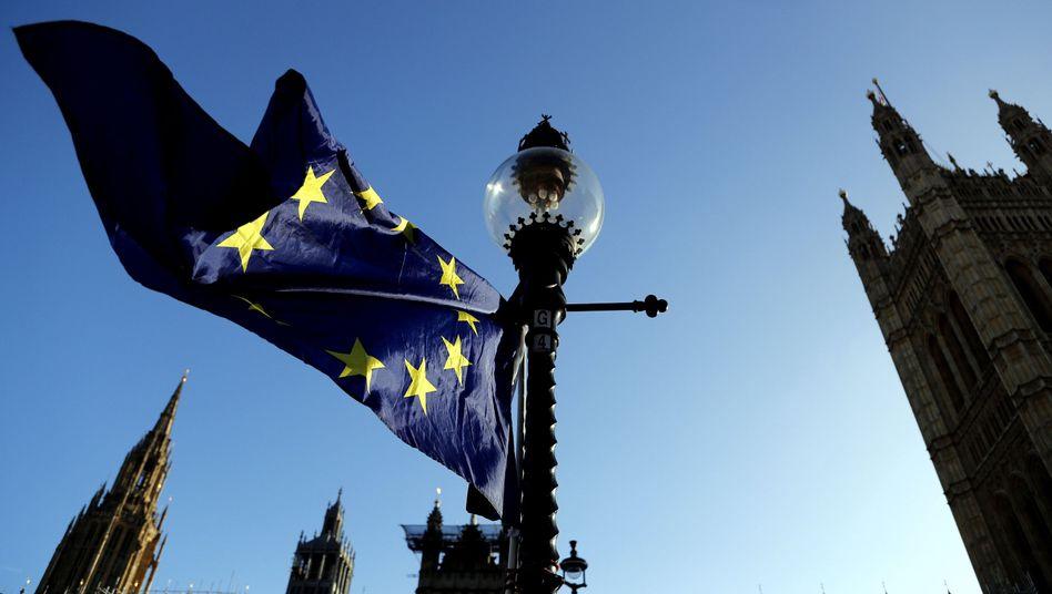 EU-Fahne gegenüber dem britischen Parlament in London