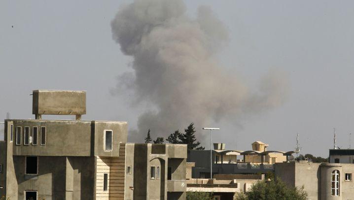 Tripolis: Nato bombt, Gaddafi zeigt sich
