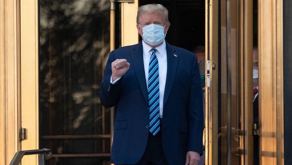 US-Präsident Donald Trump am Montag beim Verlassen des Walter-Reed-Militärkrankenhauses in Bethesda