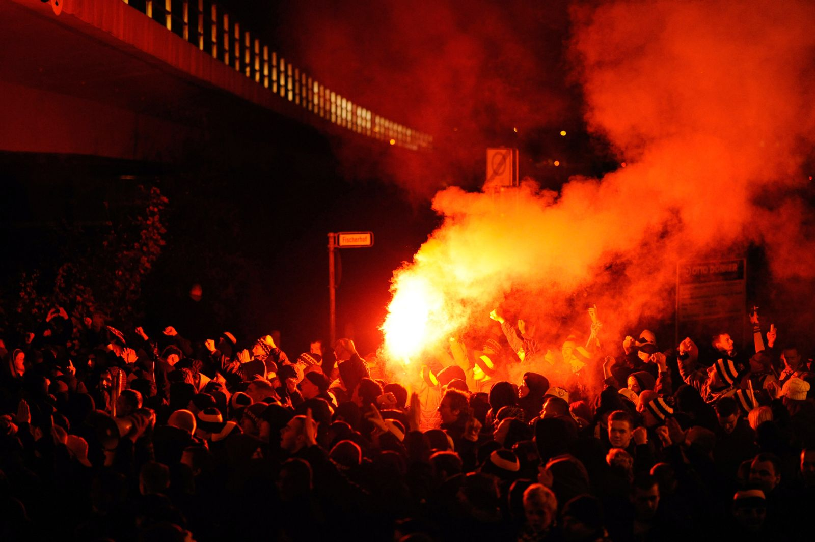 Polizeiaufgebot vor DFB Pokalspiel in Hannover
