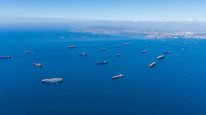 Containerschiffe liegen auf Reede und warten darauf, in die Häfen von Los Angeles und Long Beach einzufahren, um entladen zu werden