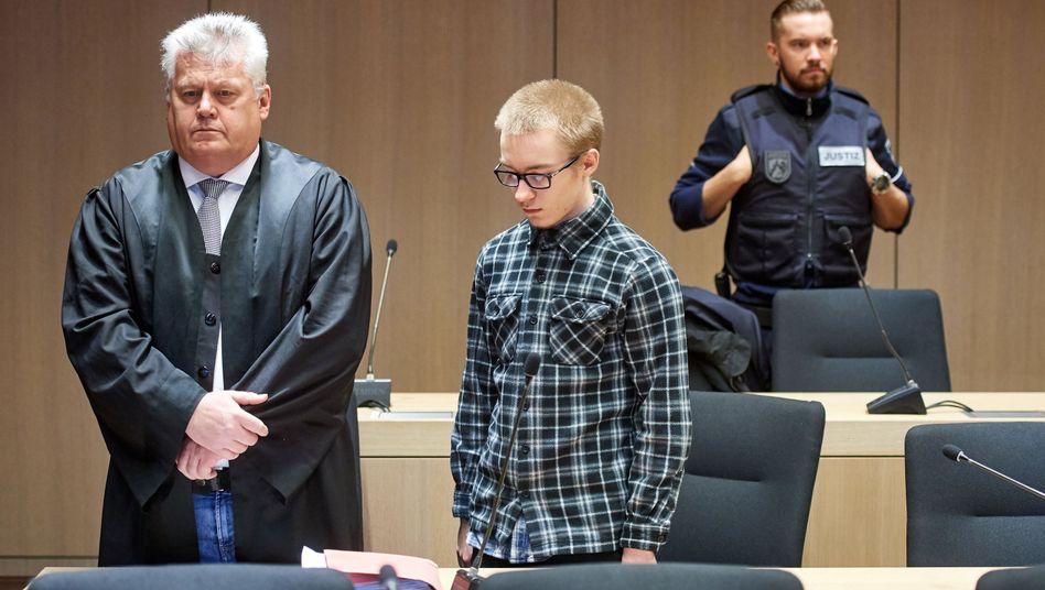 Marcel H. (Mitte) und sein Anwalt Michael Emde (links) vor dem Landgericht Bochum