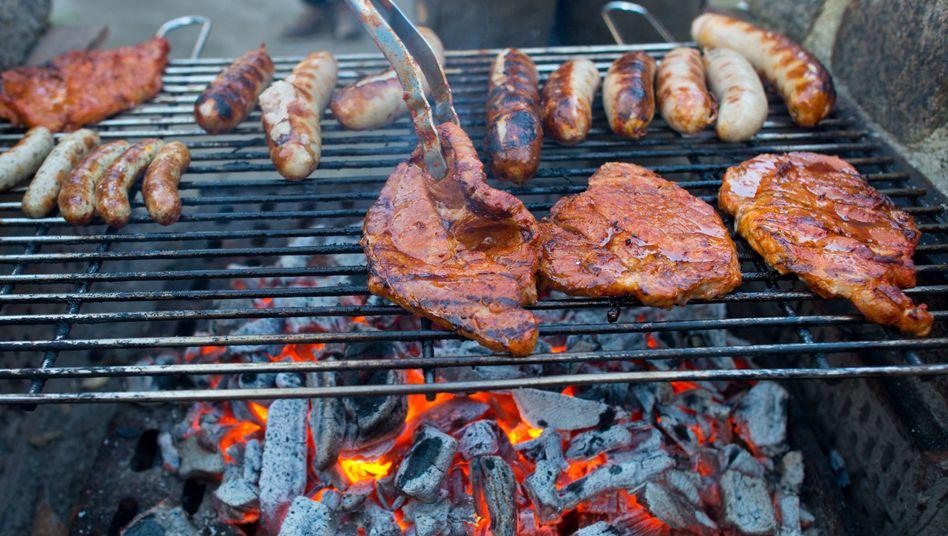 Bratwürste und Steaks: Grillfleisch kann Krankenhauskeime enthalten