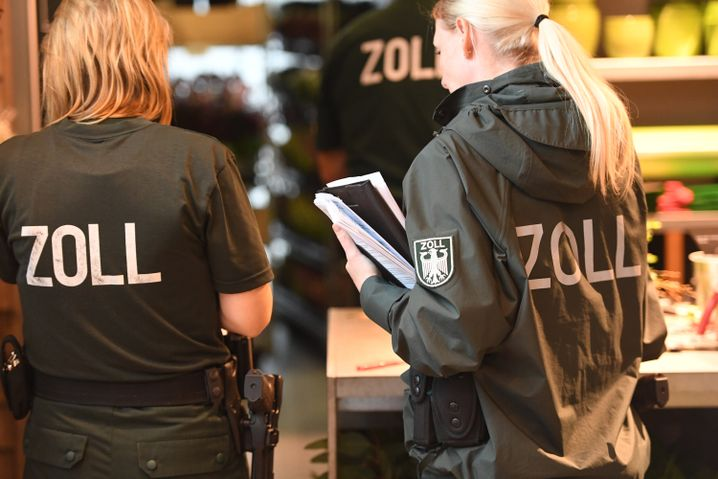 Beamtinnen der FKS bei einer Kontrolle in Stralsund