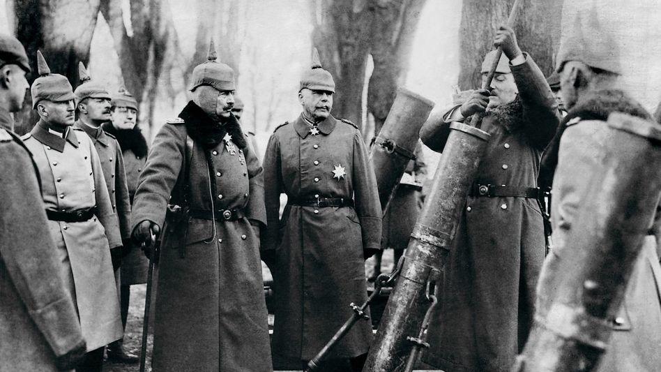 Kaiser Wilhelm II. besichtigt einen erbeuteten britischen Minenwerfer bei Cambrai, 1917