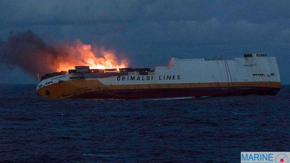 """Die """"Grande America"""" der Linie """"Grimaldi Lines"""" in Flammen"""
