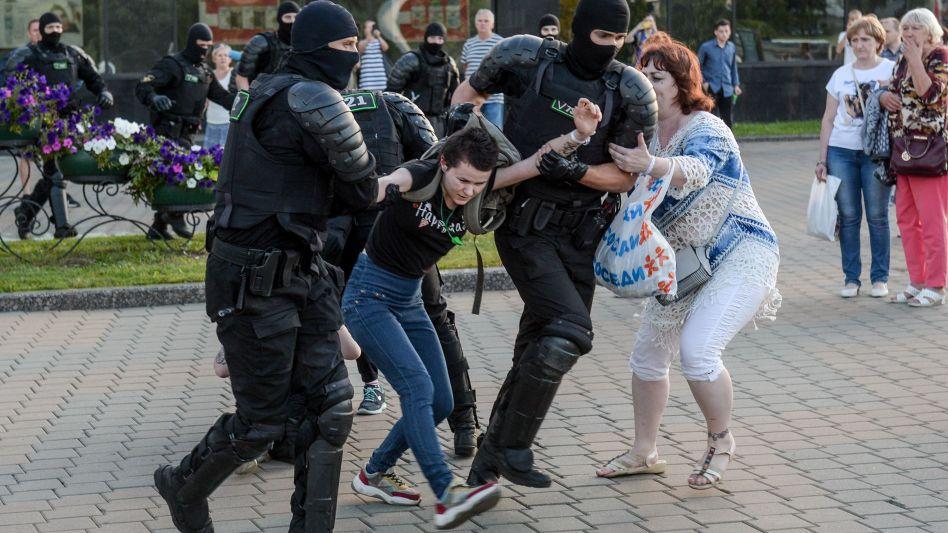 Sicherheitskräfte führen eine Frau in Minsk ab (10. August)