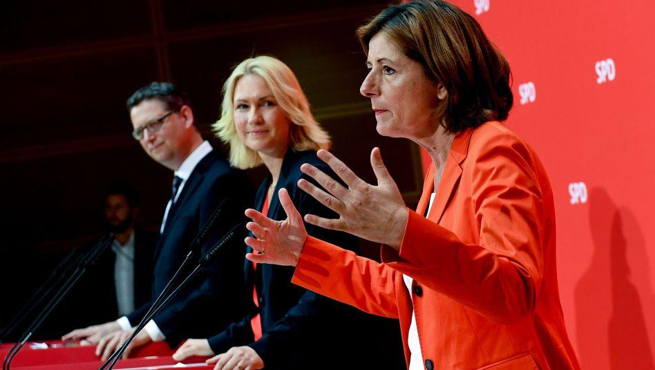 Die SPD-Interimsvorsitzenden Thorsten Schäfer-Gümbel, Manuela Schwesig und Malu Dreyer (r.) stehen unter Druck
