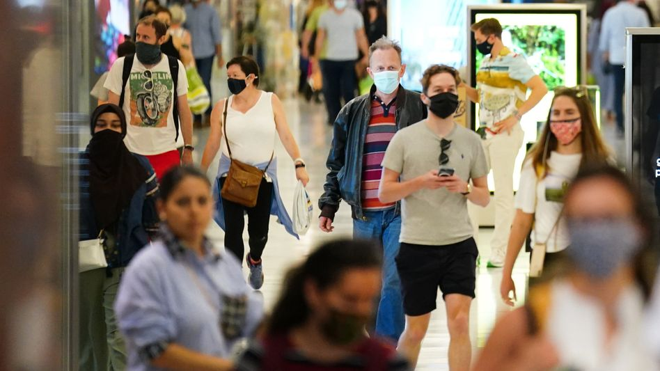 Menschen in einem Londoner Einkaufszentrum: Masken sollen bald keine Pflicht mehr sein