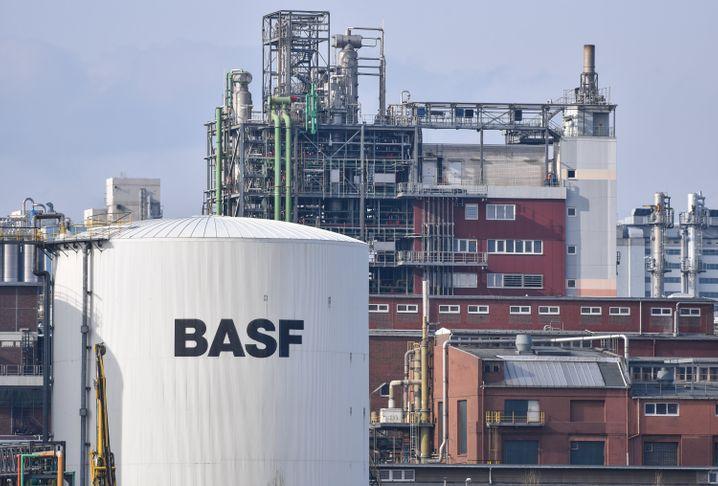 BASF-Anlagen in Ludwigshafen: Bürgern sagen, was durch Klimaschutz teurer wird