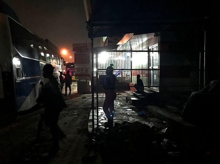 Busse als Sichtschutz: Prostituierte auf den Straßen von Kumasi