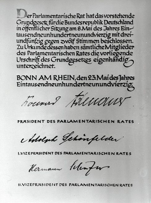 Urkunde des Grundgesetzes Ernüchterte Realisten
