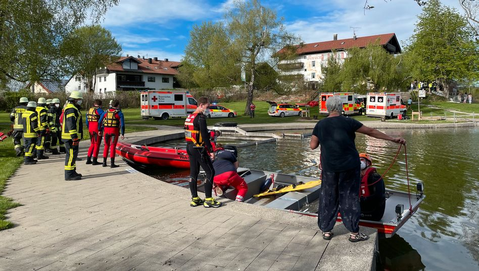 Einsatzkräfte der Feuerwehr und Rettungsdienste am Badesee bei Sulzberg