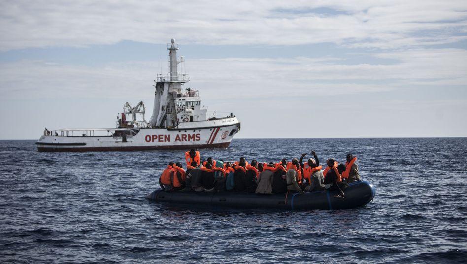 Flüchtlinge und Seenotretter einer spanischen Hilfsorganisation im Mittelmeer (Archivbild)