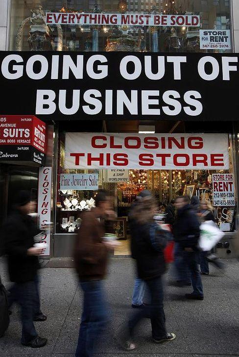 """Passanten in der Fifth Avenue in New York: """"Verbraucher und Unternehmer wollen nicht heute kaufen, was morgen noch billiger werden könnte"""""""