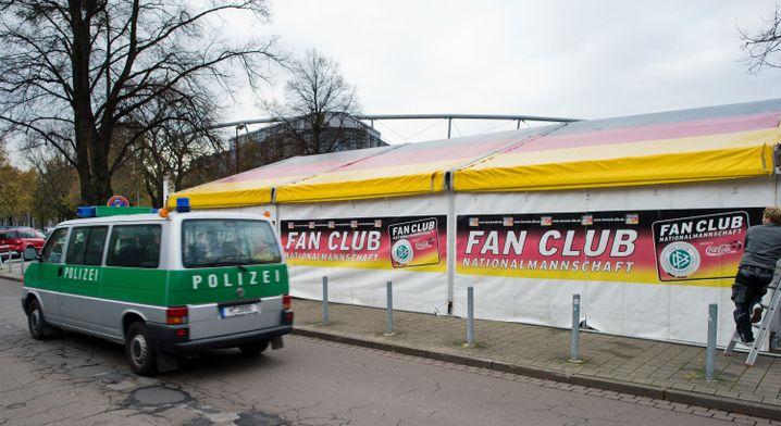 Zelt des Fanklubs Nationalmannschaft in Hannover: Welche Botschaft?