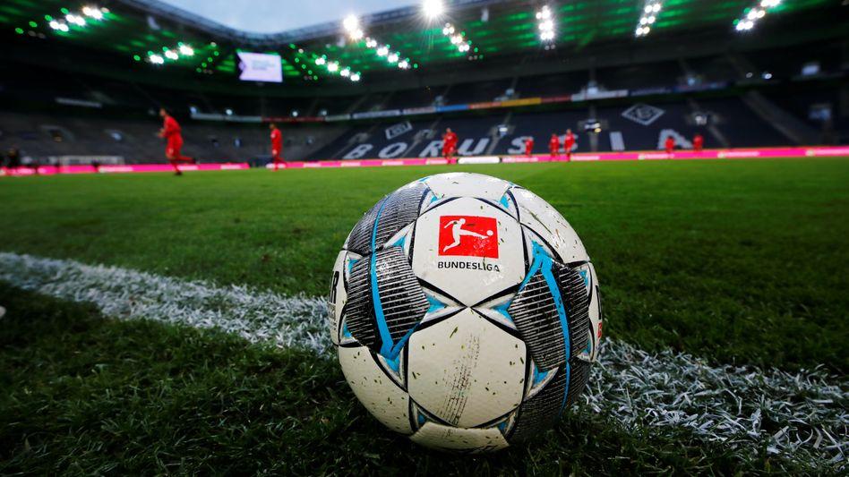 In der Bundesliga ruht der Ball - wie lange kann sich die Liga das leisten?