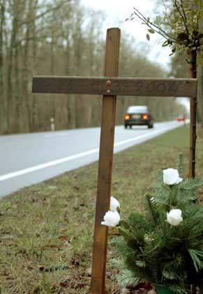 Unfallort: Zwei Drittel der Verkehrstoten des Jahres 2003 in Deutschland kamen auf Landstraßen ums Leben