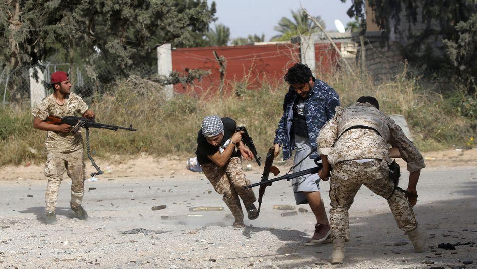 Libysche Regierungssoldaten bei Kämpfen mit Einheiten von General Haftar (Archivbild)
