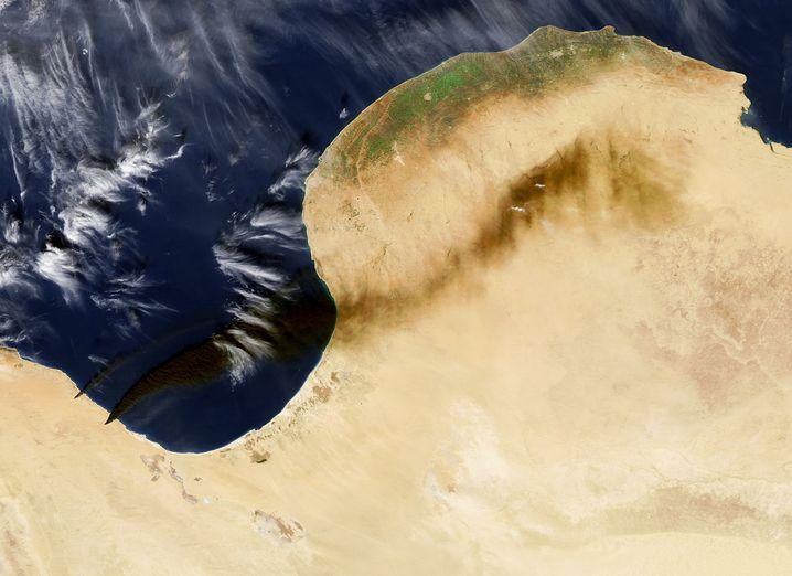 """""""Aqua""""-Satellitenfoto: Ölbrände in den Häfen Ras Lanuf (unten rechts) und As-Sidr (oben links)"""