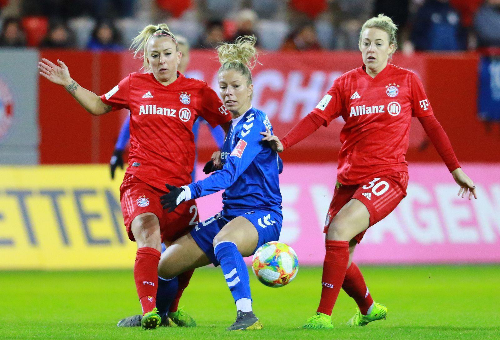 Mandy Islacker (li.) und Carolin Simon (FC Bayern M¸nchen) gegen Sharon Beck (SC Freiburg) / Frauenfussball / 1. BL / Ca
