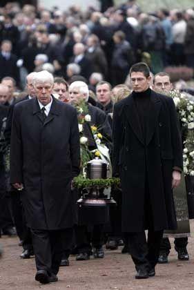 Begräbnis von Markus Wolf: Männer tragen die Urne zum Grab