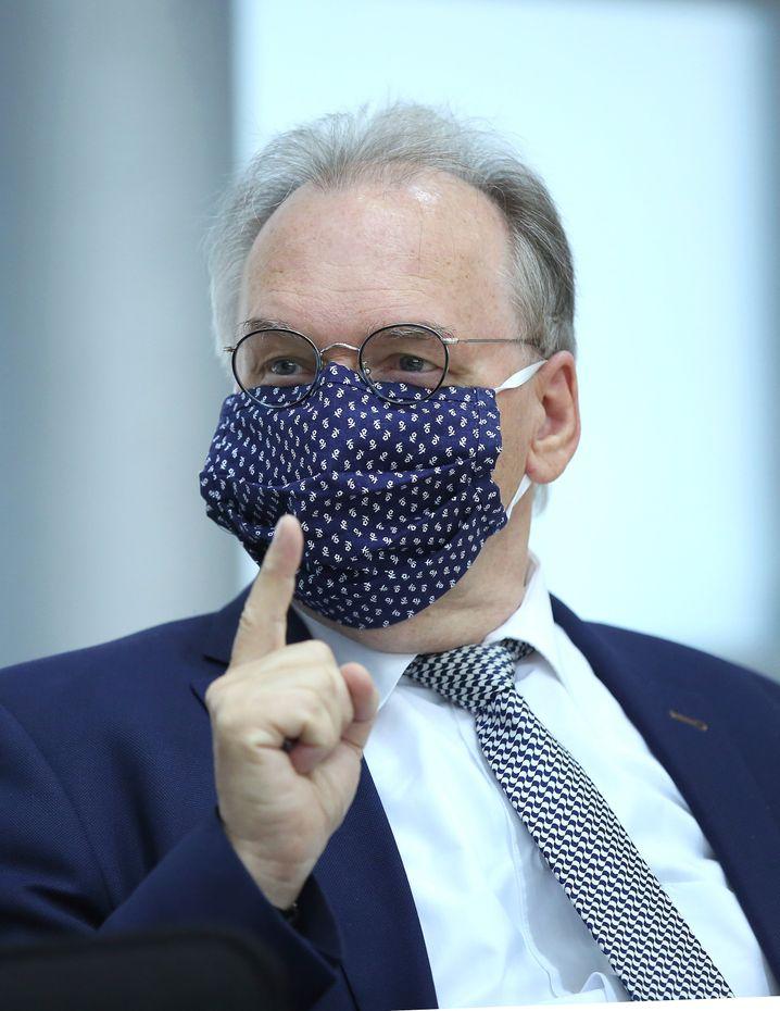 Obacht! Ministerpräsident ReinerHaseloff mit Maske im Landtag