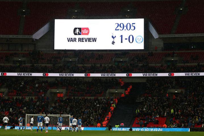 VAR-Einsatz beim Spiel zwischen Tottenham Hotspur und Rochdale
