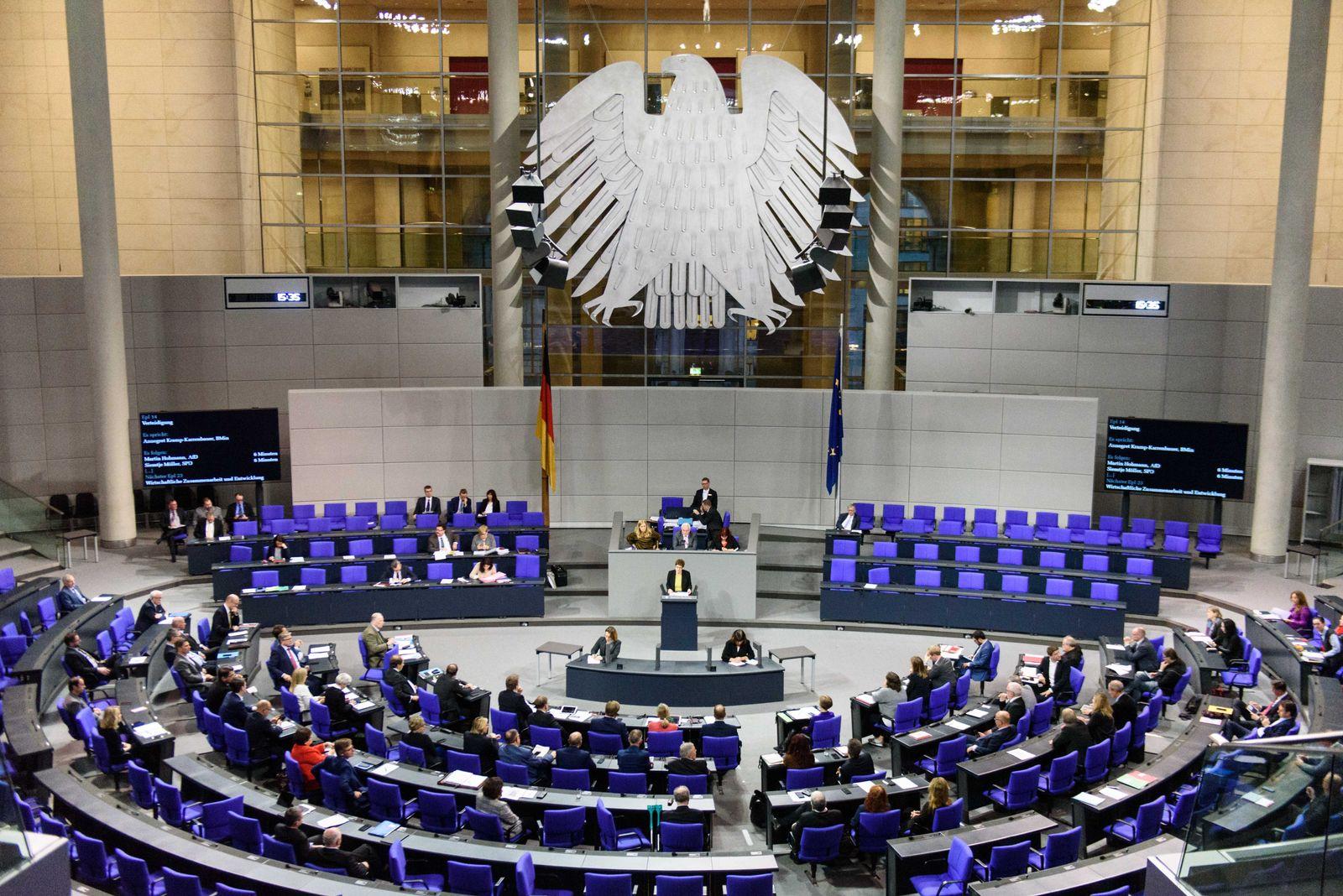 Berlin, Plenarsitzung im Bundestag Deutschland, Berlin - 27.11.2019: Im Bild ist Annegret Kramp-Karrenbauer (Verteidigun