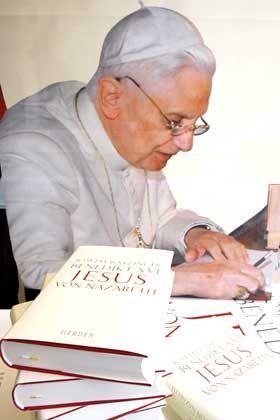 """Papst Benedikt XVI. am Schreibtisch: """"Unverblümte Darstellung des römisch-katholischen Glaubens in historischem Gewand"""""""
