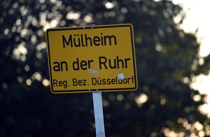 Ortsschild von Mülheim an der Ruhr: Fünf Jungen sollen eine 18 Jahre alte Frau vergewaltigt haben.