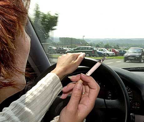 Rauchen im Auto: Erhöhte Unfallgefahr?