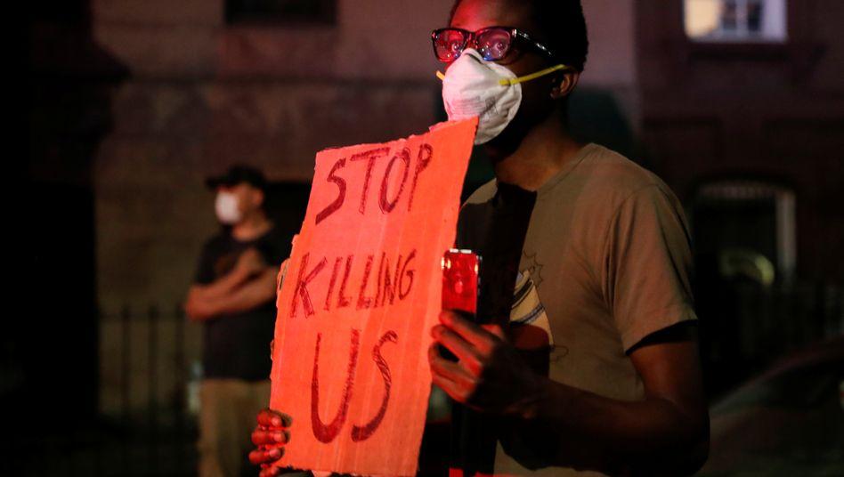 Nach dem gewaltsamen Tod von George Floyd kam es überall in den USA zu Protesten und teilweise gewaltsamen Ausschreitungen. Dieser Mann geht in Brooklyn auf die Straße
