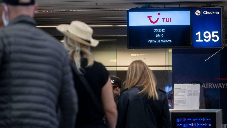 Reisende am Flughafen Düsseldorf