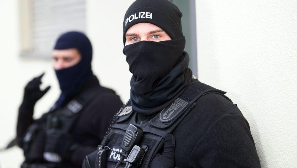 Polizisten bei Razzia gegen Islamisten-Netzwerk (in Berlin)
