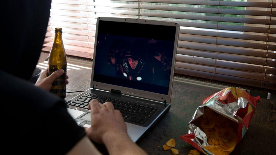 Mit Bier und Chipstüte: Prototyp des sozial isolierten Web-Junkies