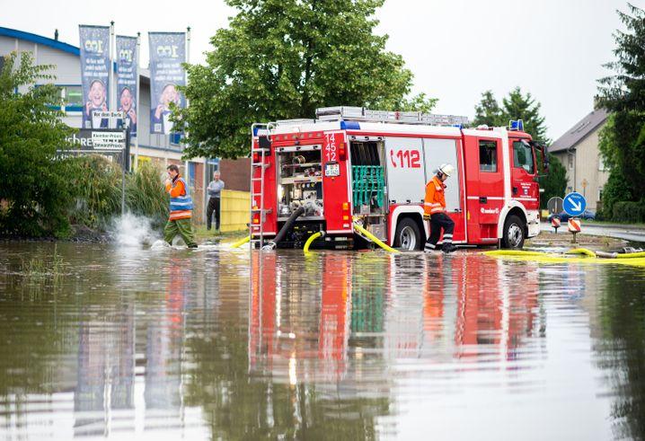 Feuerwehreinsatz im niedersächsischen Weyhausen: Überschwemmte Straßen