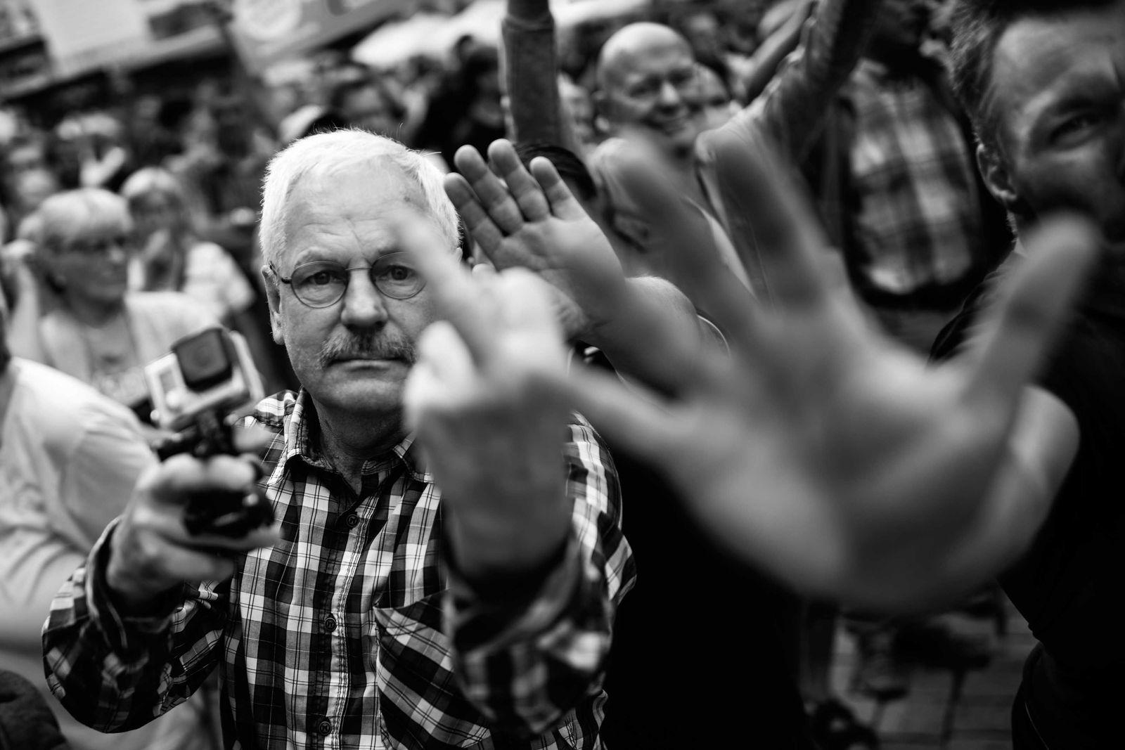 EINMALIGE VERWENDUNG SPIEGEL 36/2017, S.30 Merkel / Proteste Quedlinburg