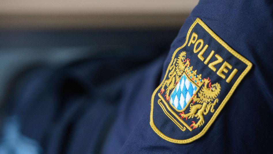 Wappen der Bayerischen Polizei an einer Uniform (Archiv)
