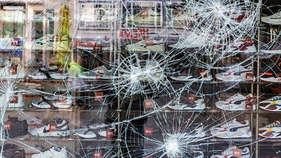 Zerstörtes Schaufenster in der Stuttgarter Innenstadt