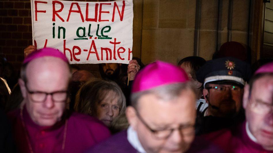 Protestaktion bei der Frühjahrsvollversammlung der Deutschen Bischofskonferenz