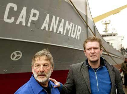 Cap-Anamur-Chef Bierdel (r.), Schiffskapitän Stefan Schmidt: Flüchtlinge sollen abgeschoben werden