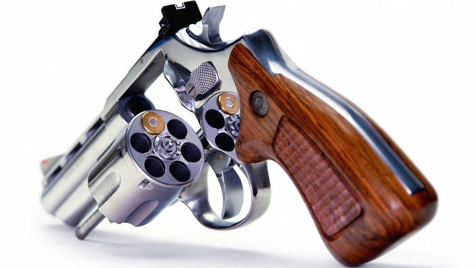 Lebensgefährliches Glücksspiel: Revolver mit einer Patrone